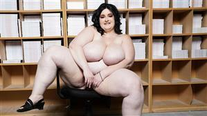 plumperpass-18-09-05-alyson-galen-thickness-in-the-office.jpg